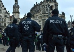 ألمانية تعتدي فتاة مسلمة وتمزق 10_29-thumb2.jpg