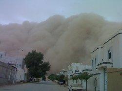 الغبار يفاجئ السكان ويغطي سماء الرياض