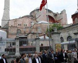 آلاف الأتراك يحتجون يطالبون بالصلاة 400_0-thumb2.jpg