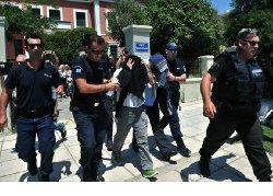 محكمة يونانية تقضي بحبس الجنود 55_216-thumb2.jpg