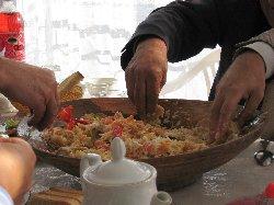 تناول الطعام باليدين أفضل صحيًا Kurutob_eating_with_hands-thumb2.jpg