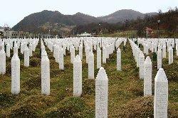 البوسنيون يحيون ذكرى مذبحة سربيرنيتسا Srebrenica_586275086_0-thumb2.jpg