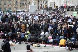 اليابان قانونًا يسمح بالتجسس المسلمين bnp_muslim_prayerlondon_0-thumb2.jpg