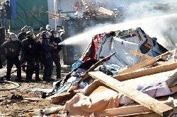 الشرطة المقدونية تطلق الغاز لاجئين camppp-thumb2.jpg