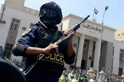 ������ ���� ���� ����� ���� egyptian-police-outside-egyptian-court-cairo_0-thumb2.jpg