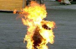 لاجئ إيراني هارب يضرم النار iranianref-thumb2.jpg