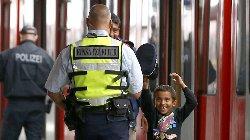 اعتداء بالأسلحة مبنى مخصص للاجئين refugeepolice-thumb2.jpg