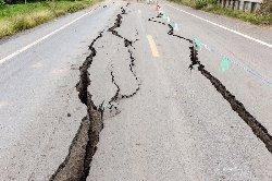 زلزال بقوة درجات يضرب نيوزيلندا road-crack-earthquake-thumb2.jpg
